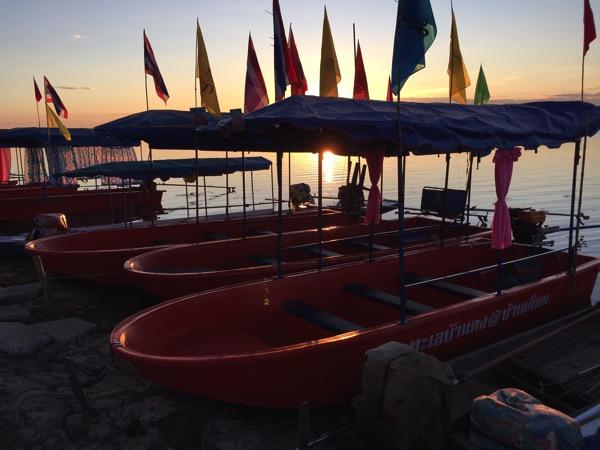 ウドンタニのタレーブアデーン−の10人乗りボート