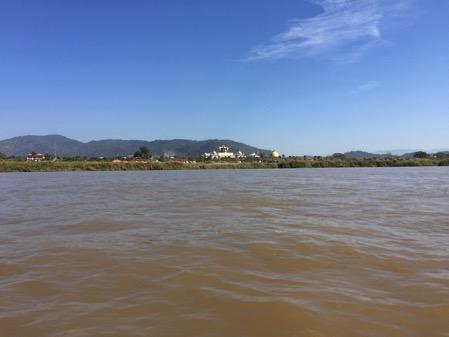 ゴールデントライアングルスピードボートでメコン川遊覧の風景