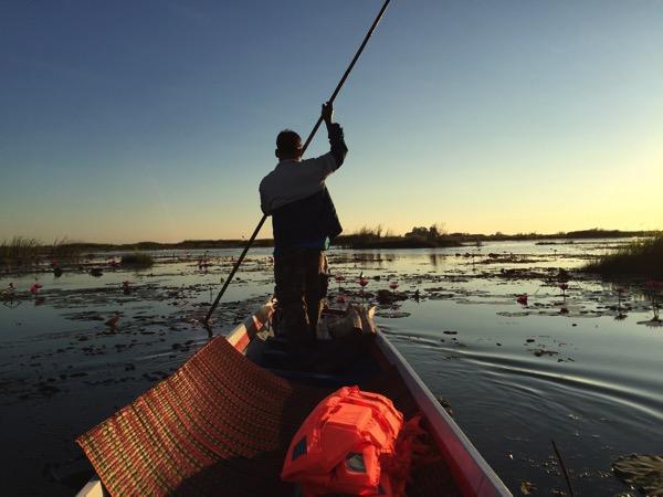 ウドンタニのタレーブアデーン−の1人乗りボートの船頭の舵取り