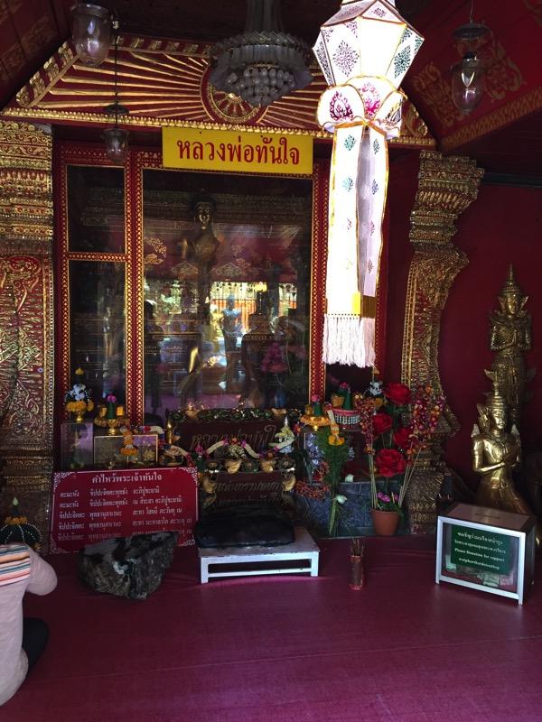ドイステープ寺院のエメラルドの仏像と大理石の仏像の後ろにおみくじ