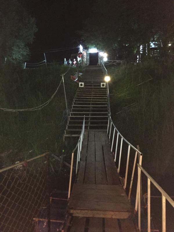 ピサヌロークの皮に浮かぶレストランの橋