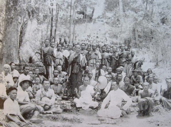 システープ山のふもとからドイステープ寺院まで11 53キロメートルの道路建設をい祝うシーウィチャイ高僧と村人