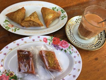 タチレクの食堂で注文した菓子パンとお茶