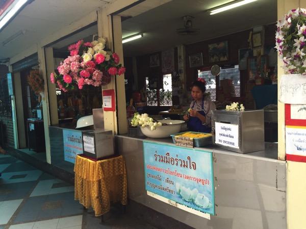 ドイステープ寺院境内の花とロウソク売り場