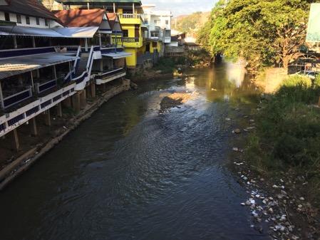 ミャンマー側の国境タチレクとタイ側の国境メーサイ間に流れる川