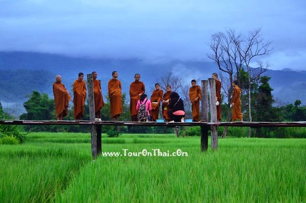 Su Tong Pae Bridgの僧侶の托鉢の風景