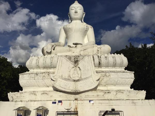 ワットプラタートメーイェン パーイの巨大仏像