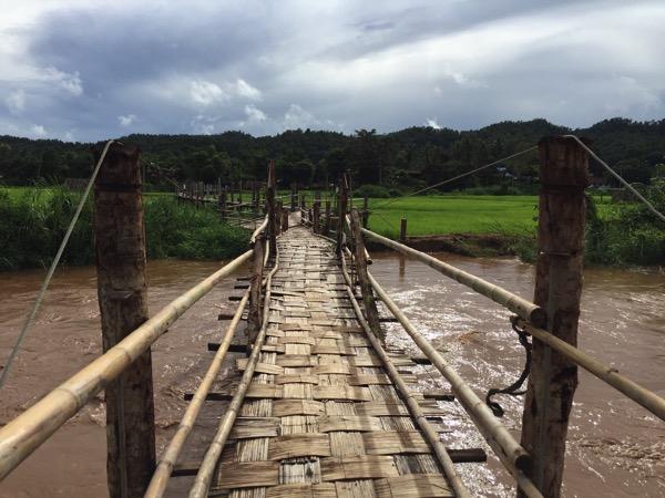 Su Tong Pae Bridgeに向かう竹でできた吊り橋