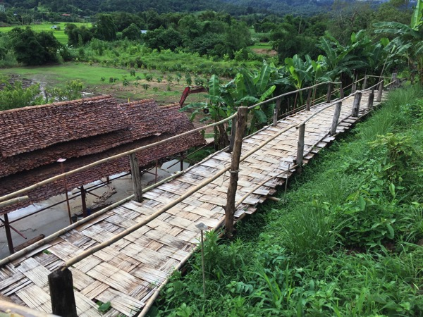 Su Tong Pae Bridgeに向かう竹でできた遊歩道-1