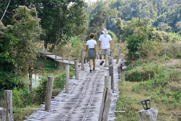 パーイ・バンブーブリッジを渡る観光客