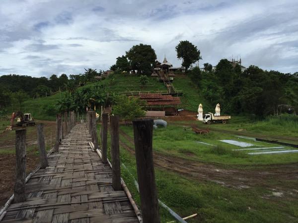 メーホンソン県にある竹でできたタイ最長の橋Su Tong Pae Bridgの反対側からみた景色