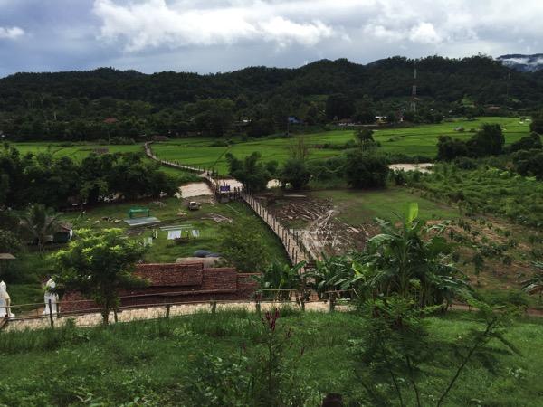 小高い丘から見下ろしたSu Tong Pae Bridge