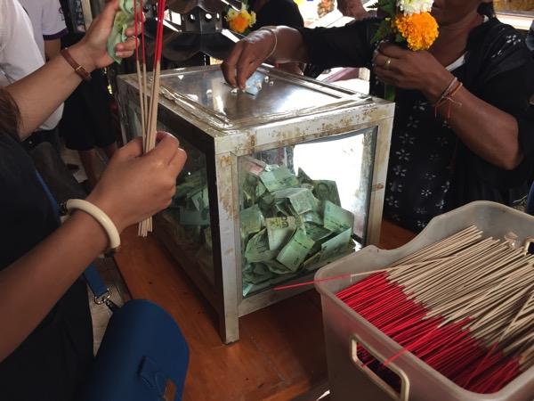 チェンマイドーイカム寺院の線香のお金を入れる箱