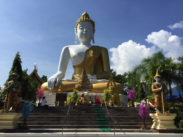 チェンマイドーイカム寺院の巨大大仏