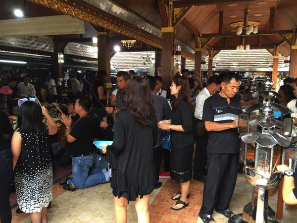 ルアン・ポータンジャイ仏を拝むタイ人観光客