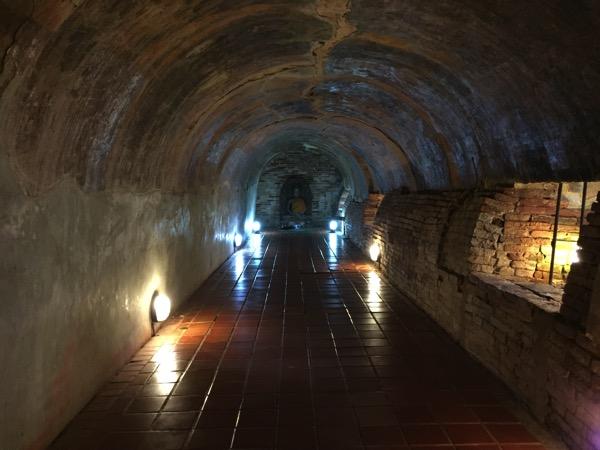 ワットウモーンのトンネルの中 3