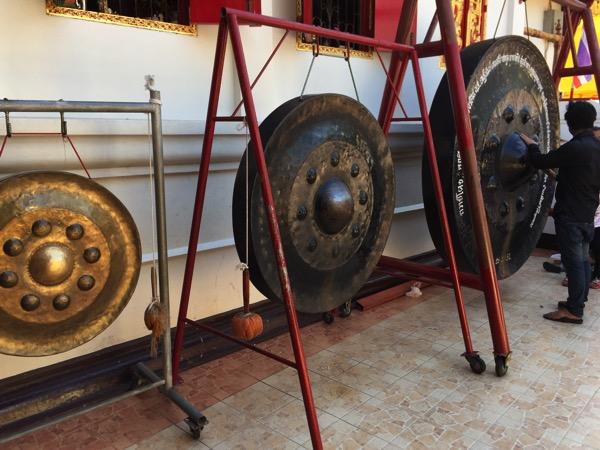 チェンマイドーイカム寺院で銅鑼を鳴らそうと頑張っているタイ人