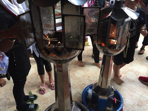 チェンマイドーイカム寺院の線香をつける場所