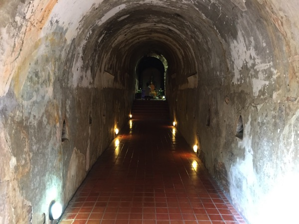 ワットウモーンのトンネルの中 1