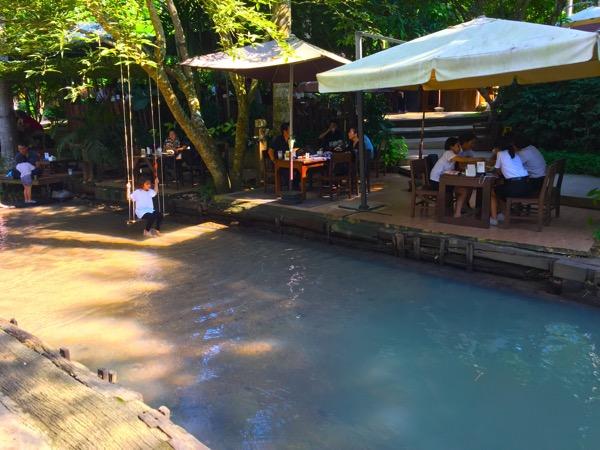 小川が流れるカフェ