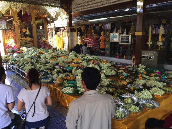 ドーイカム寺院にお供えされた花ドークマリ