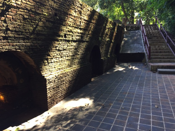 ワットウモーンの反対側の出口 1