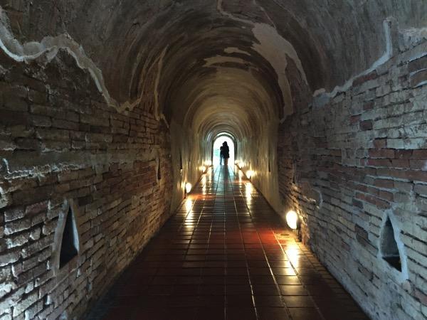 ワットウモーンのトンネルの中 2