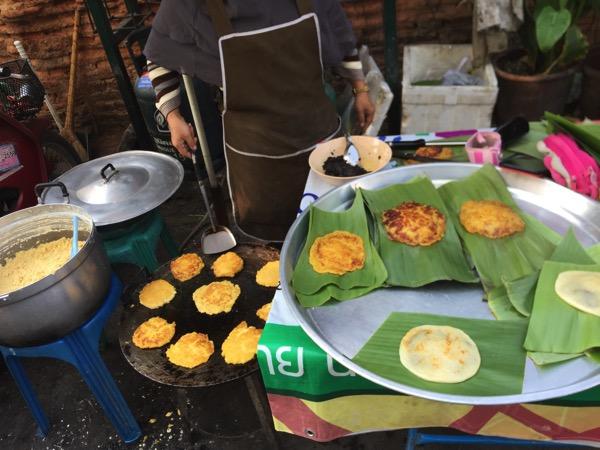 雲南イスラム朝市のとうもろこしのパンケーキ