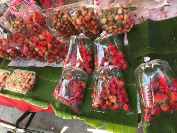 雲南市場のいちご