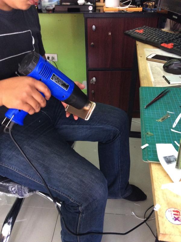 チェンマイでIPHONEのバッテリー交換をしている写真 2