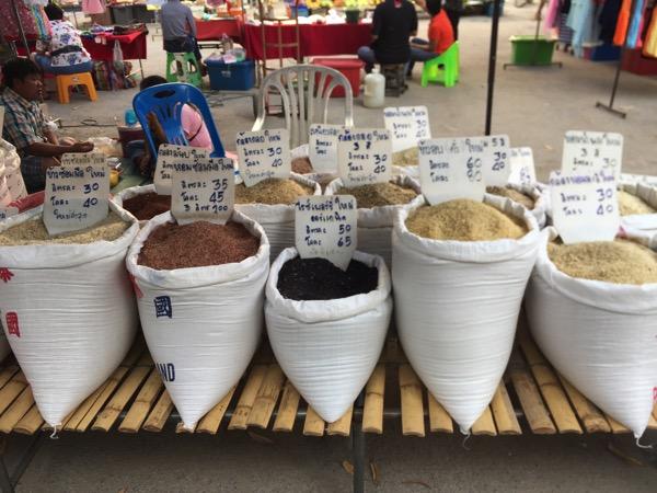 雲南市場で売っているお米