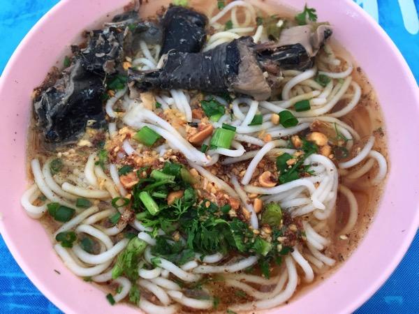 チェンマイ雲南朝市の黒鶏ラーメン