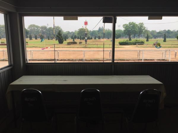 チェンマイ競馬場の有料の指定席エリアの雰囲気