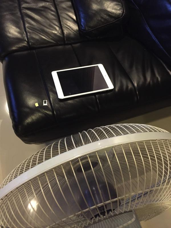水没したipadを扇風機で乾かしている写真