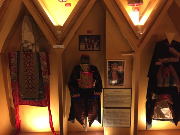 モン族の民族衣裳 2