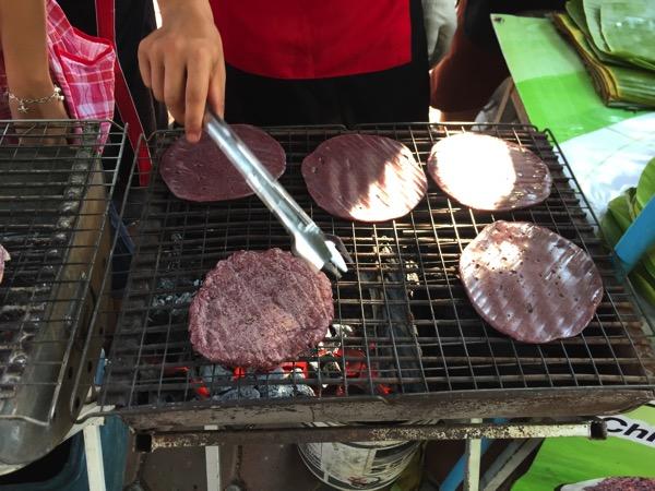 雲南ムスリム朝市の黒ごまもちを焼いている写真