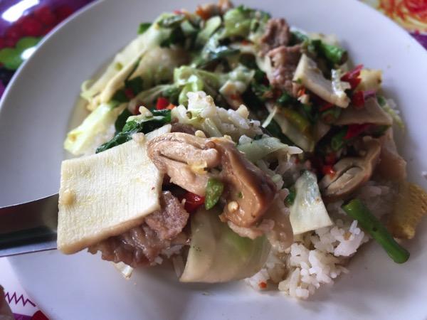 豚肉とバジルの旨辛炒め|カオラードパットキーマオのアップ写真