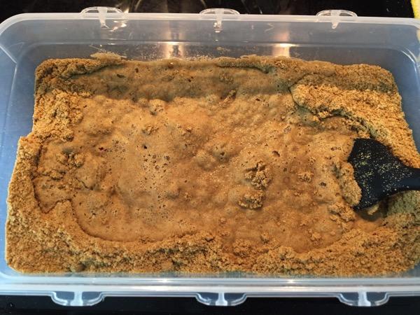 中村食品 河村さんちの鉄粉ぬか床に水を加える