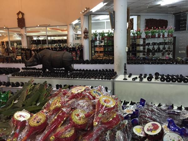 パタヤクロコダイルファームのお土産売り場−2