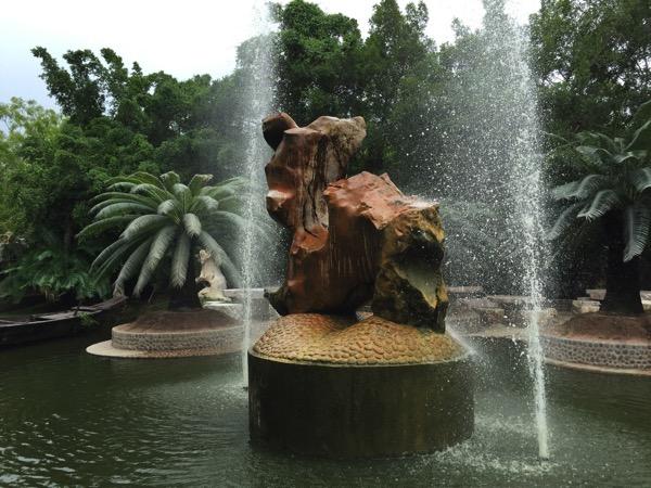 パタヤ ミリオンイヤーズストーンパークの噴水