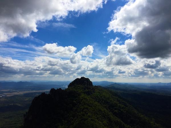 チェンマイの隣町ランパーンには断崖絶壁にそびえる絶景な寺があった