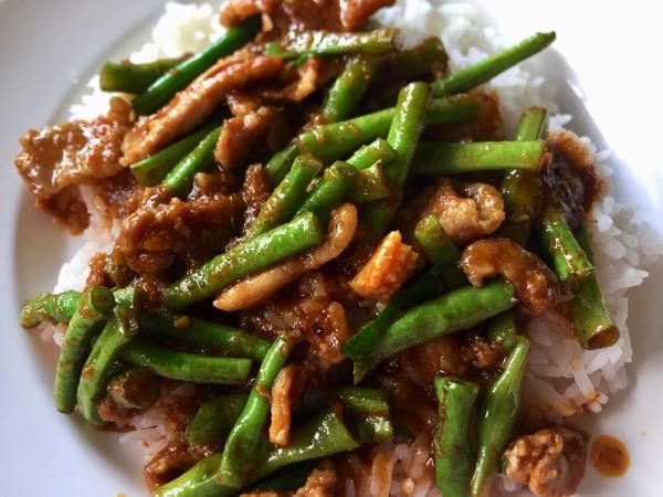 豚肉とインゲンのレッドカレー炒め|カオラードパットプリックゲーントア