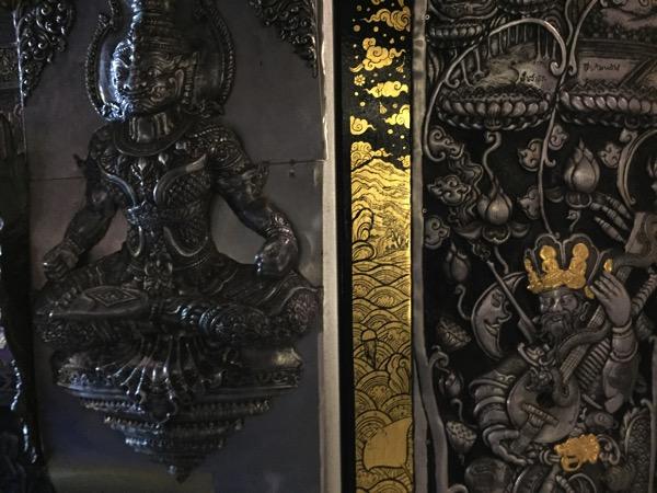 チェンマイの銀の寺 ワットシィースパンの壁