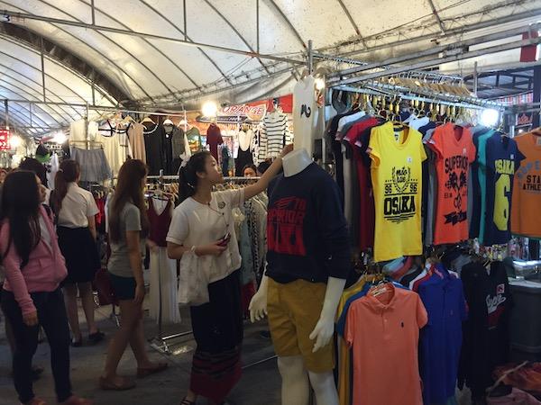 チェンマイコンプレックスの丸屋根の洋服売り場で物色する地元の学生