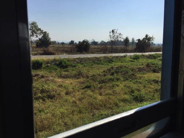 タイ国鉄の列車の窓からみるのどかな風景