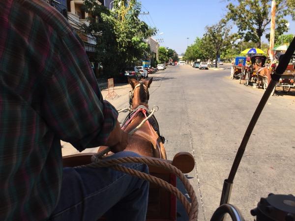 ランパーン旧市街を走る馬車