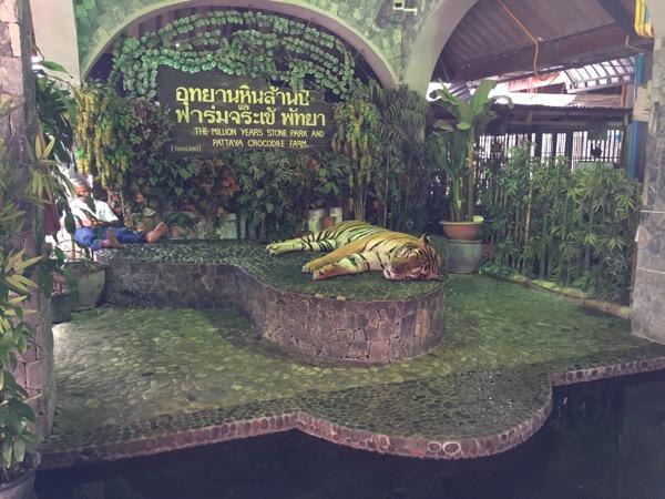 パタヤクロコダイルファームの虎と記念写真