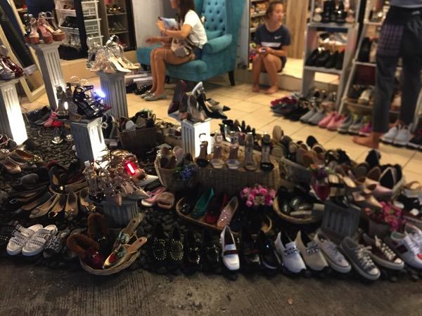 チェンマイ大学前マーケットの靴屋