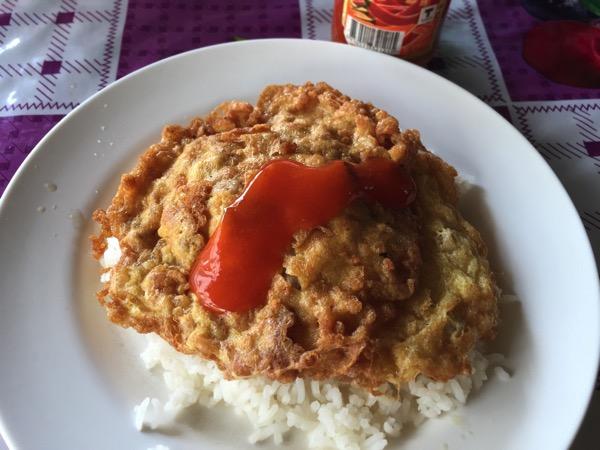 豚ひき肉のオムレツご飯|カオラードカイジアオムーサップにチリソースをかけた写真