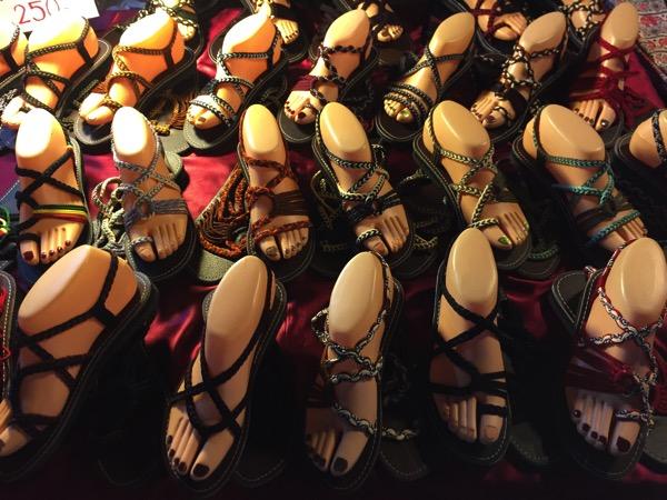 チェンマイサタデーナイトマーケットで売っている編み上げサンダル